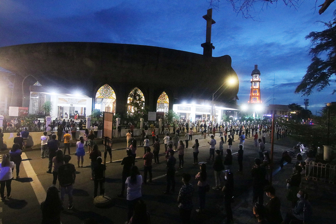 Hundreds of parishioners attend the first Misa de Gallo at the San Pedro Cathedral in Davao City on December 16, 2020.