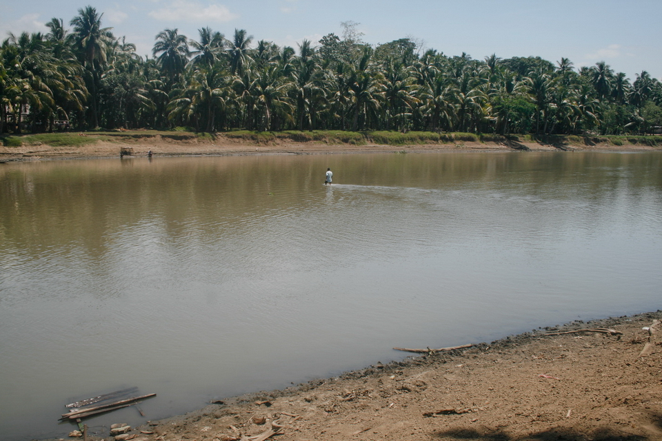 Water level in Pulangi River, that divide the towns of Pikit and Pagulangan , drastically dropped to knee-level during the drought season. Its normal level is usually over six feet deep.