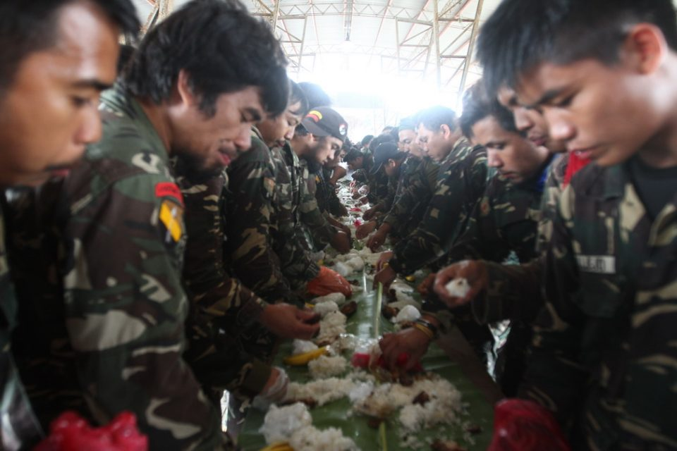 Scout Rangers gather for a boodle fight.