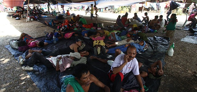 Farmers take rest under a makeshift tent. KEITH BACONGCO (5 April 2016)