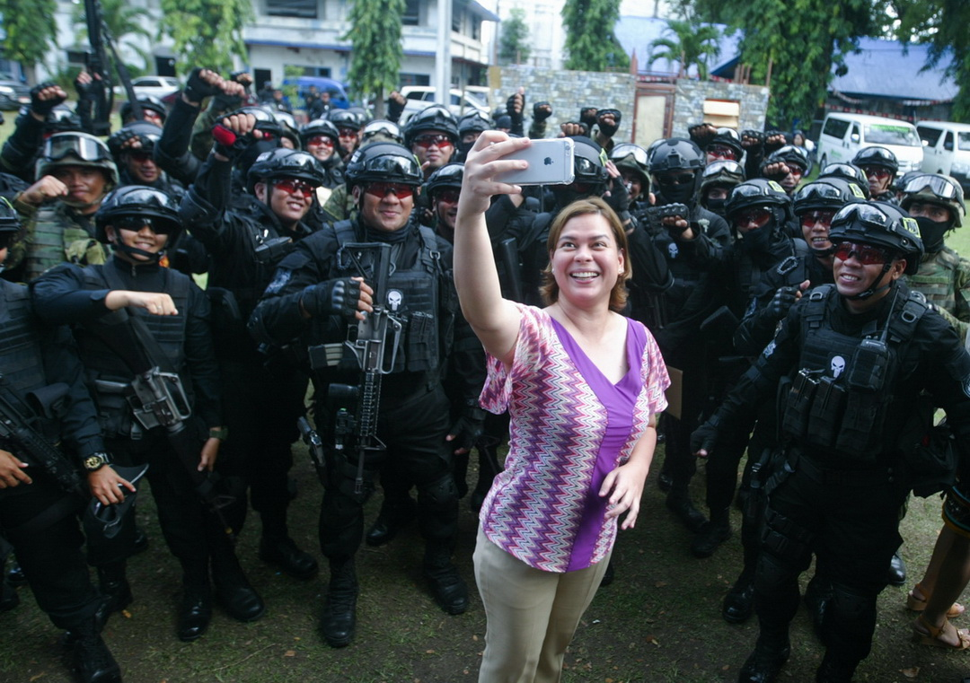 SELFIE. Mayor Sara Duterte-Carpio pose for selfie with the members of the Davao City Police's SWAT team following their graduation rites on August 3, 2017.