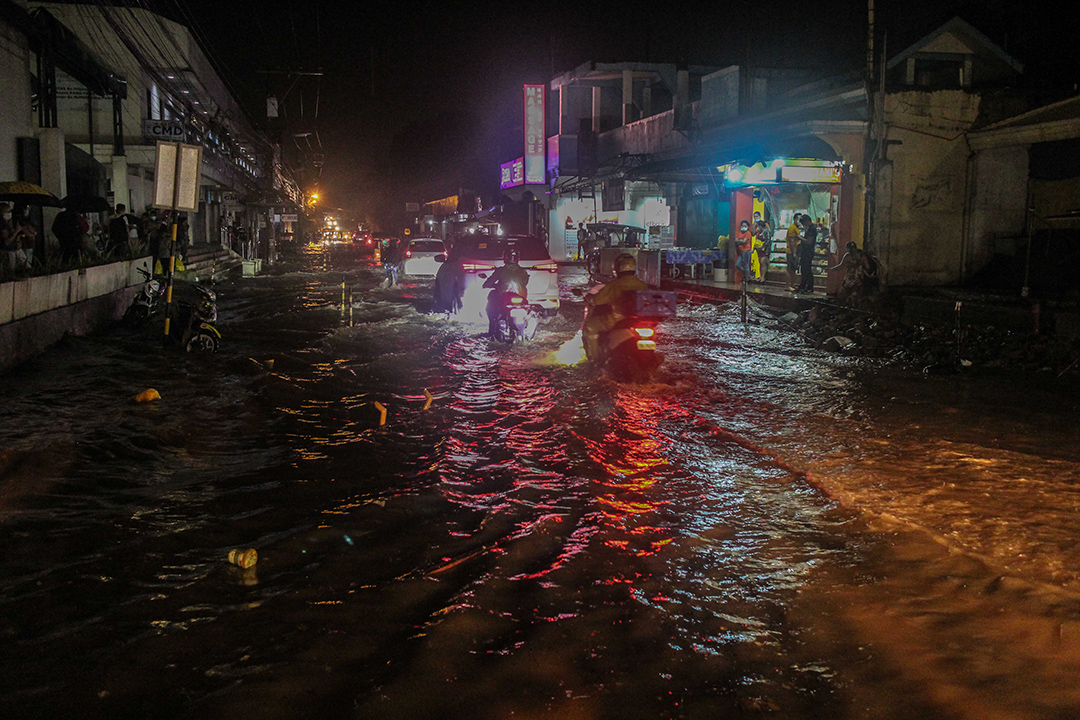 Motorists wade through the flooded  Belen Road in Barangay Vicente Hizon on October 23 night. For over a decade now, this flooding problem has remain unsolved. Local residents believe that the clogged drainage canals may have caused this recurring flood.