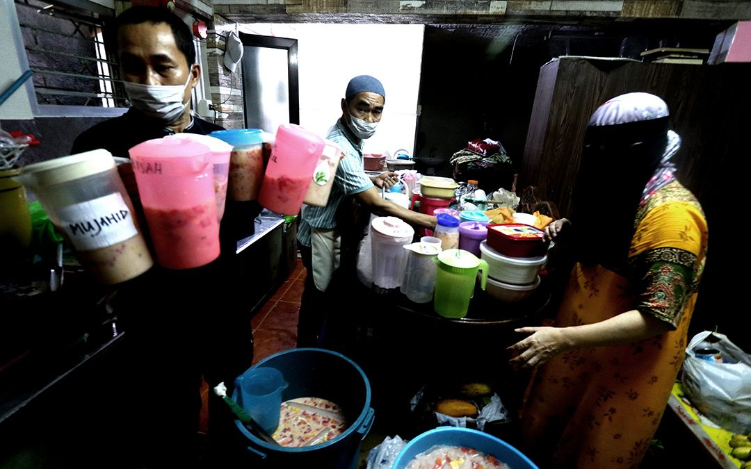Maranao siblings volunteer to prepare about 300 litres of fruit salad for Iftar